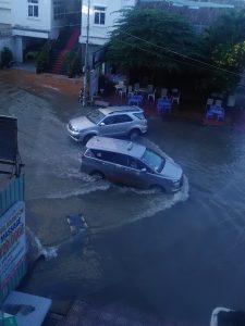 ホリデイワンホテル前の洪水