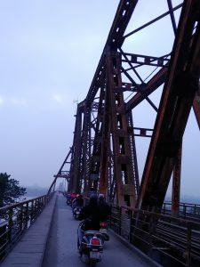 ロンビエン橋を渡る